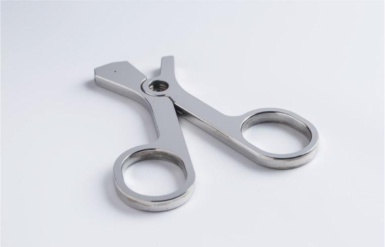 鉗子用ステンレス製ハンドルの鏡面研磨